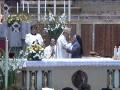 abbraccio-madre-e-vescovo